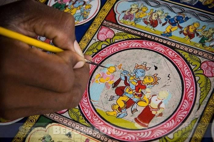 An artist at work. Raghurajpur village, Orissa.