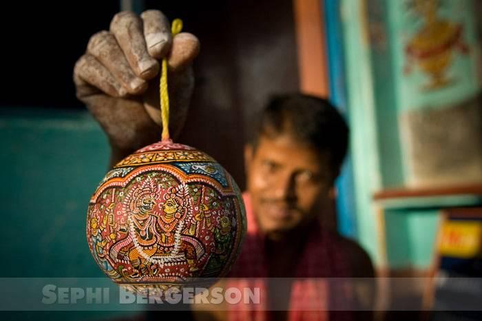 An artist showcasing his creation. Raghurajpur village, Orissa.
